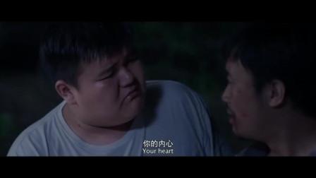 弟弟看到哥哥受伤很着急,哥哥却安慰弟弟,还和他回忆很多往事