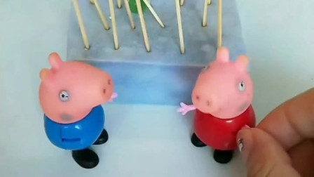 少儿益智亲子玩具:老巫婆免费送棒棒糖了,乔治不听小猪佩奇的话,非要吃一个!结果中了巫婆的魔法!
