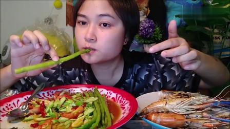 吃播:泰国吃货小妹试吃炭烤大虾,配上莴笋沙拉,吃得贼过瘾!