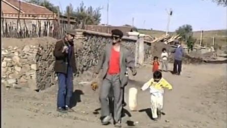 怪王外传:穷男子拎着猪肉,农村汉在村里大喊,让村民们看新鲜
