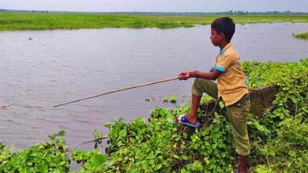 家里没肉下锅了,农村男孩去野外钓鱼,看看他钓了多少?