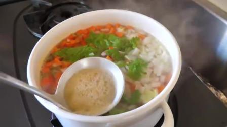 《韩国农村美食》清甜美味的蔬菜汤,配上面包片和蔬菜沙拉,完美