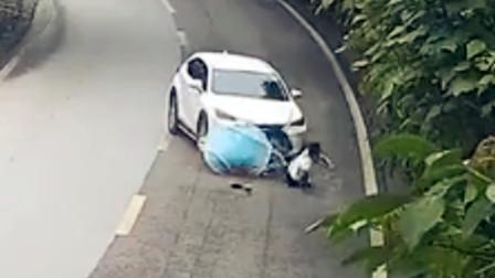 【重庆】监拍:电动车左转被直行轿车撞翻