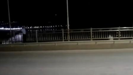 【重庆】女子半夜欲跳桥轻生 民警耐心劝说将其救回