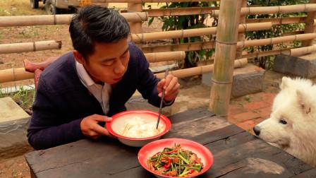 阿新今天做蒜苔炒肉,就着大米饭,上桌几分钟就见底