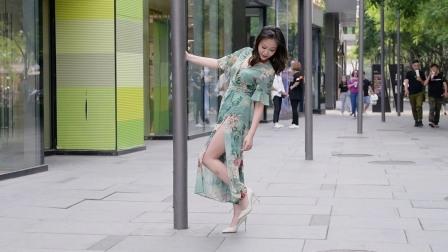 街拍:看一下三里屯的小姐姐,初夏时节,都是怎么搭配逛街的
