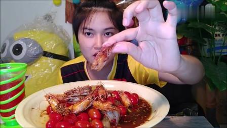 吃播:泰国吃货小妹试吃油炸虾头,配上圣女果鲜虾仁,吃得贼爽!
