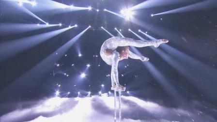 美国女孩在达人秀上表演杂技,惊呆观众和评委,真是触目惊心