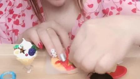 可爱小姐姐直播吃披萨形状的夹心果冻,黄色红色的果冻,好香啊