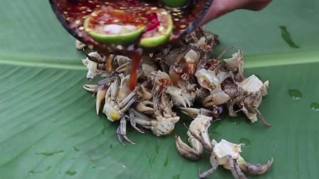 熊孩子发明螃蟹新吃法,辣椒柠檬凉拌,味道很爽口