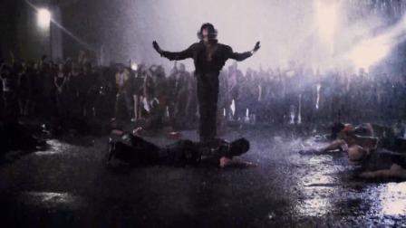 舞出我人生2 这段雨中尬舞是我见过最酷的街舞了,大神请收下我的膝盖!