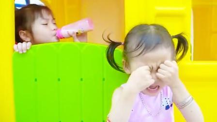 小女孩的牛奶被姐姐喝了,好伤心