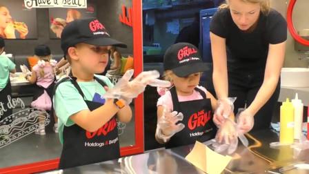 萌娃小可爱们来到面包房准备自己动手做一个热狗,小家伙们真是棒棒哒!萌娃:真是太有趣了