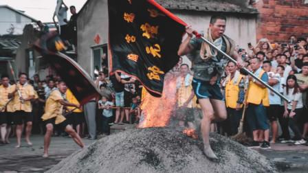 太子踏火!为庆祝哪吒诞辰 漳州百余村民赤脚踏火炭
