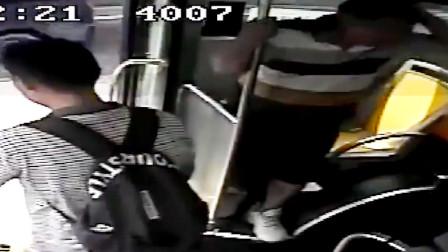疯狂!广东一男子发酒疯马路中拦公交 司机欲报警被其一砖头砸晕
