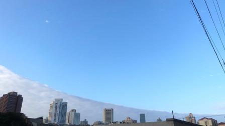"""上海现天空""""鸳鸯锅""""奇观 一半蓝天一半白云美不胜收"""