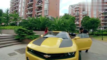 爱情公寓:曾小贤一有钱就变坏,开着大黄蜂身边坐着极品车模,真是奢靡啊!