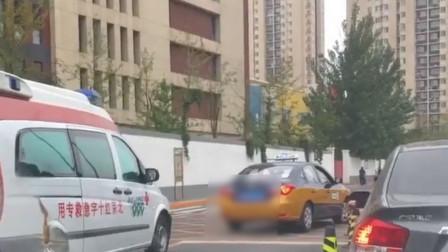 北京一辆出租车不排队 在医院门口堵住后方救护车
