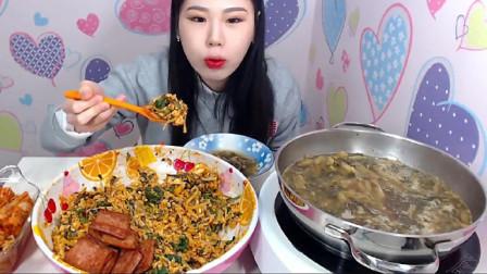 韩国大胃王卡妹的吃播视频,超大份大肉炒饭和汤,胃口真好