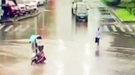 【重庆】电动车误入无盖窨井口驾驶员无法脱身 路过司机踩着积水助其脱困