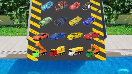 几十辆小汽车一起比赛游泳的样子,真的好搞笑!