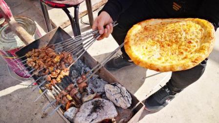 家里来客人,农村小伙烤羊肉串吃,10斤羊肉10个人不够吃