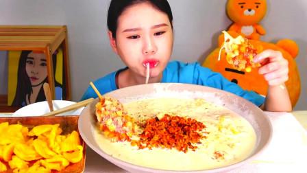 韩国大胃王卡妹,吃奶油泡菜炒饭热狗棒,这拉丝真让人流口水!