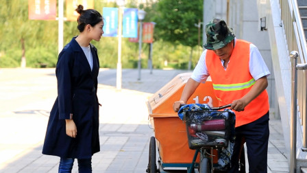 女孩被叔叔赶出公司,三年后当女孩街头遇到清洁工,瞬间感动了