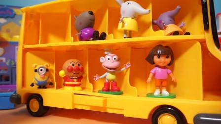 小猪佩奇:Peppa Pig和好朋友朵拉小小兵一起坐校车上学了