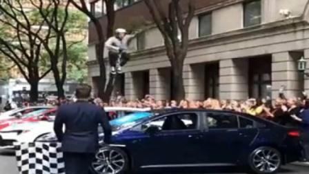 高手街头玩耍弹簧跳跳杆,感觉飞了起来,厉害了小伙!