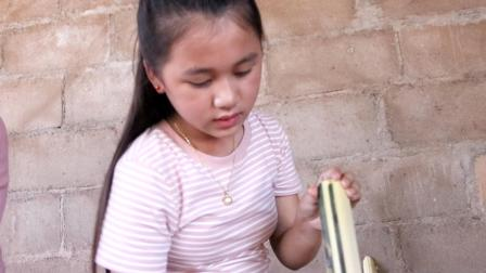 老挝女孩用竹筒烤鸡蛋糕