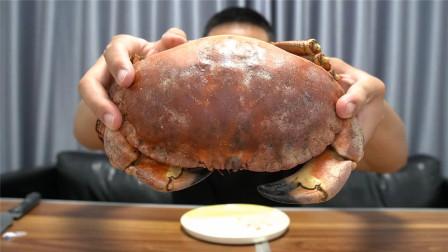 大仙趁着妹妹不在家,自己蒸了一只面包蟹,吃得满嘴飘香
