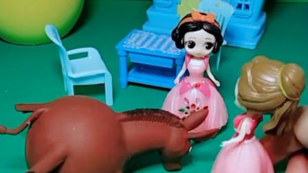 白雪不让贝儿玩发泄玩具小毛驴,贝儿就把玩具弄坏了,贝儿真坏!