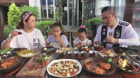 韩国城里家庭的一顿饭,吃牛肉、披萨、猪肉,一家四口吃得美滋滋