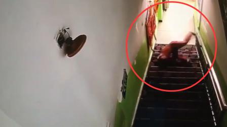 小男孩下楼梯一脚踩空 720度翻滚摔下台阶被吓懵