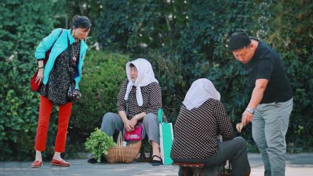 社会实验:农村卖菜老人因收到假币路边哭泣,有人的做法超暖心!