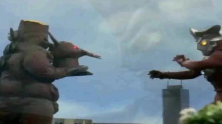 雷欧打完怪兽被吓得步步后退