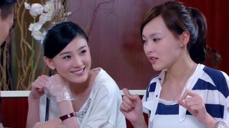 小情侣边吃龙虾边秀恩爱闺蜜俩有样学样嘲笑他俩贼逗