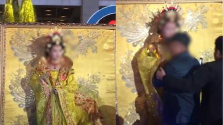 西安大唐不夜城一女演员遭老人搂抱 女演员:老人是故意的