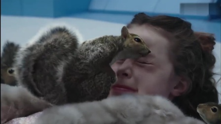 影视:小女孩非要抓只松鼠玩,接下来惨了,被松鼠们当成了坏坚果