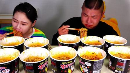 柚子看天下 大胃王卡妹和哥哥比赛吃5包火鸡面,哥哥辣的满头大汗