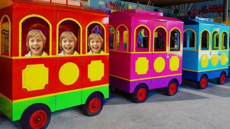 好好玩!萌宝小正太进入多少节车厢里玩耍呢?趣味玩具故事