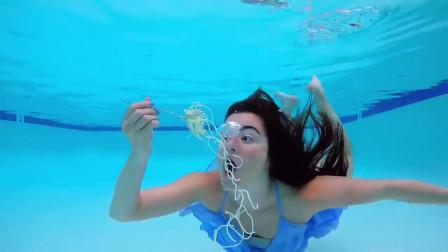 国外美女挑战水下吃饭,面条直接一口嗦进去,这也太厉害了