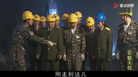 老兵退伍,摘下领章帽徽那一刻哭成泪人,女兵挨个拥抱他们