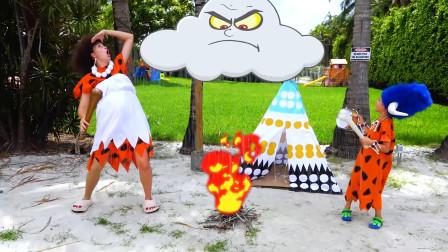 萌娃小可爱和妈妈一起过上了原始部落的生活,母子俩可真逗呀!—萌娃:钻木取火好难呀!