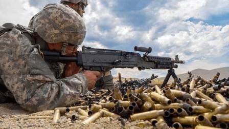 解放军战士一人带150发子弹,这些够用么?新兵老兵一眼就看出