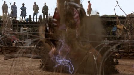 异形魔怪:人类布置好陷阱,小伙骑摩托把怪兽引入,利用天雷把怪兽劈死