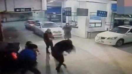 嚣张女司机别车后,拥堵路段,让老公驾车逃离,谁料遇到路怒男,直接追上去,把夫妻二人一顿暴打!