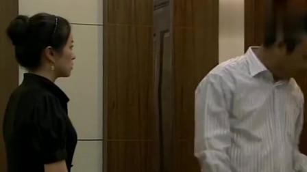 老爸快跑:男子告诉老头女子的珠宝是假的,结果女子被训,很生气