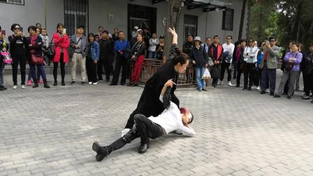 非常好看的广场舞《歌在飞》双人对跳,歌曲优美动听